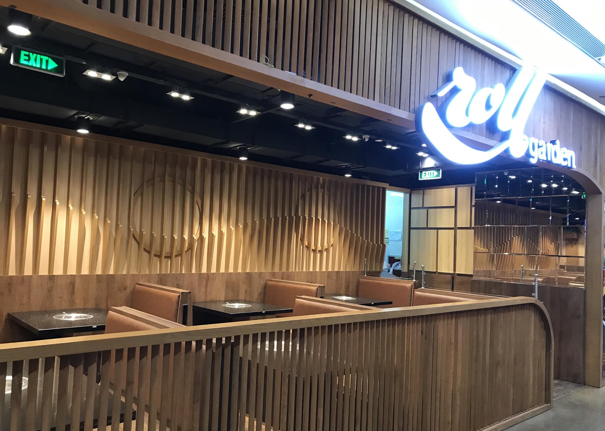 Nhà hàng, quán ăn, cà phê, trà sữa ở Sài Gòn quay lại cảnh đợi khách, vắng tanh chưa từng thấy vì dịch Covid-19 - Ảnh 2.