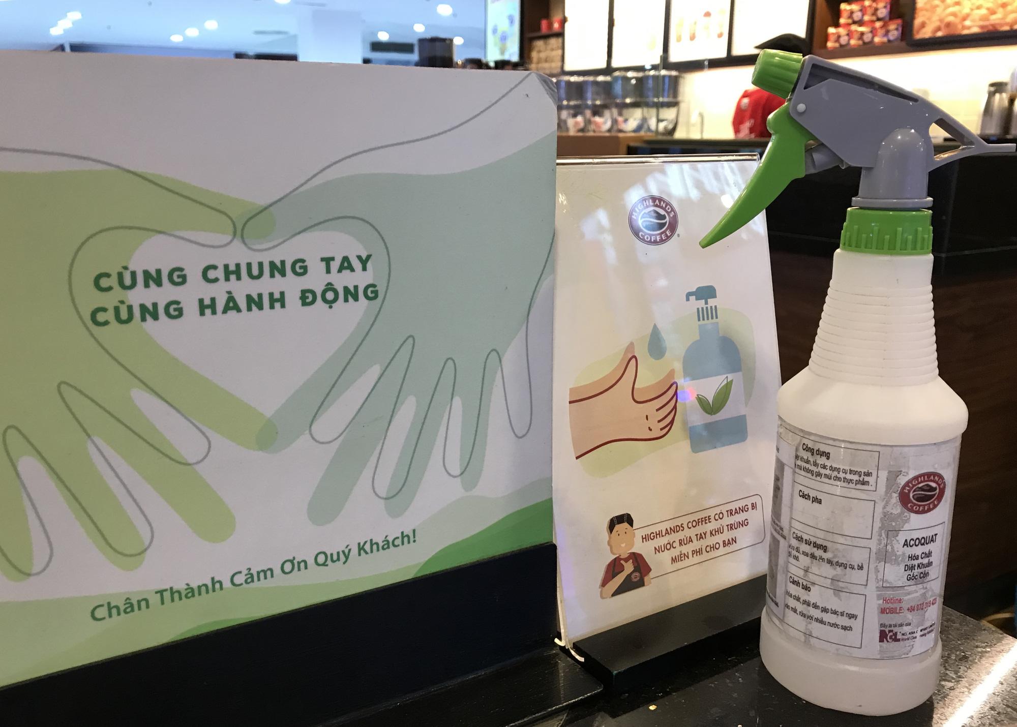 Nhà hàng, quán ăn, cà phê, trà sữa ở Sài Gòn quay lại cảnh đợi khách, vắng tanh chưa từng thấy vì dịch Covid-19 - Ảnh 13.