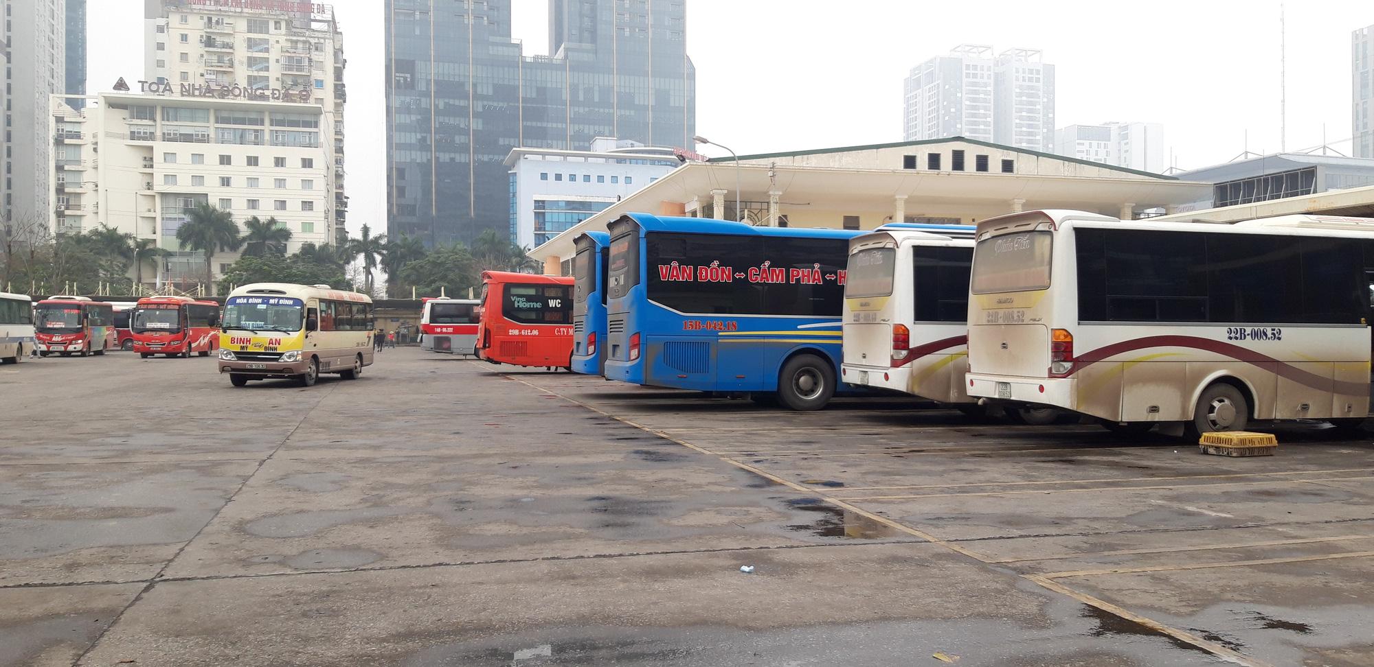 Cảnh vắng lặng ở ga tàu, bến xe Hà Nội: Nhiều chuyến xe rời bến chỉ mình tài xế, không hành khách - Ảnh 2.
