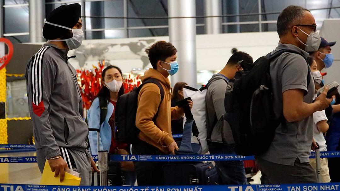 Việt Nam sẽ ngưng cấp visa với tất cả các nước để 'siết' đầu vào Covid-19 - Ảnh 1.