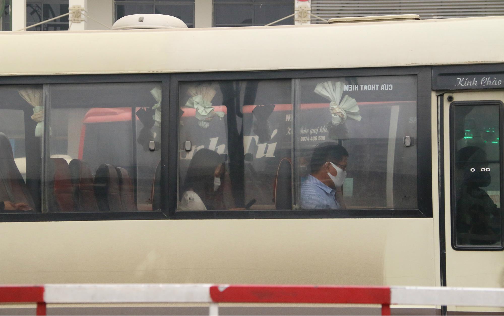 Cảnh vắng lặng ở ga tàu, bến xe Hà Nội: Nhiều chuyến xe rời bến chỉ mình tài xế, không hành khách - Ảnh 4.