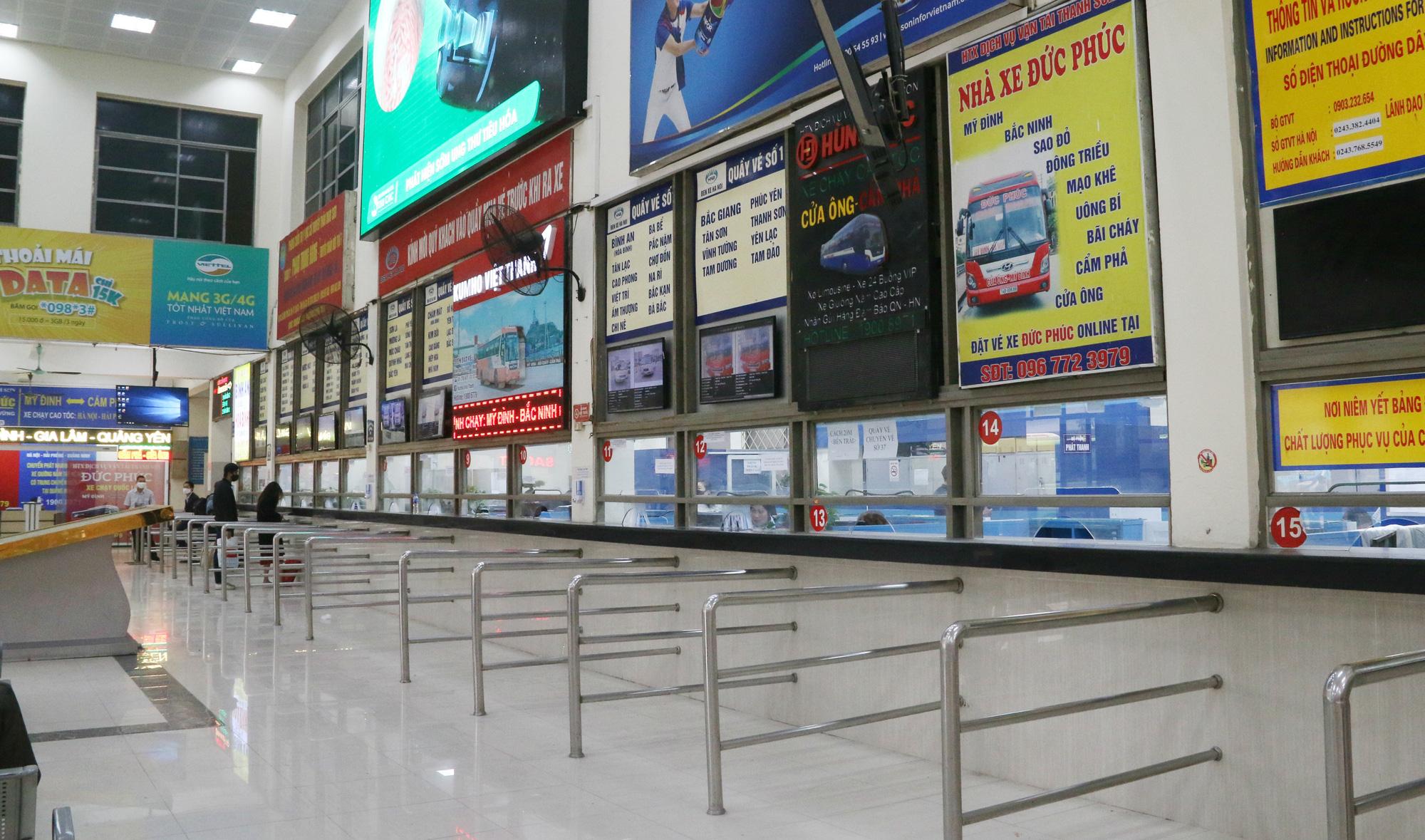 Cảnh vắng lặng ở ga tàu, bến xe Hà Nội: Nhiều chuyến xe rời bến chỉ mình tài xế, không hành khách - Ảnh 1.