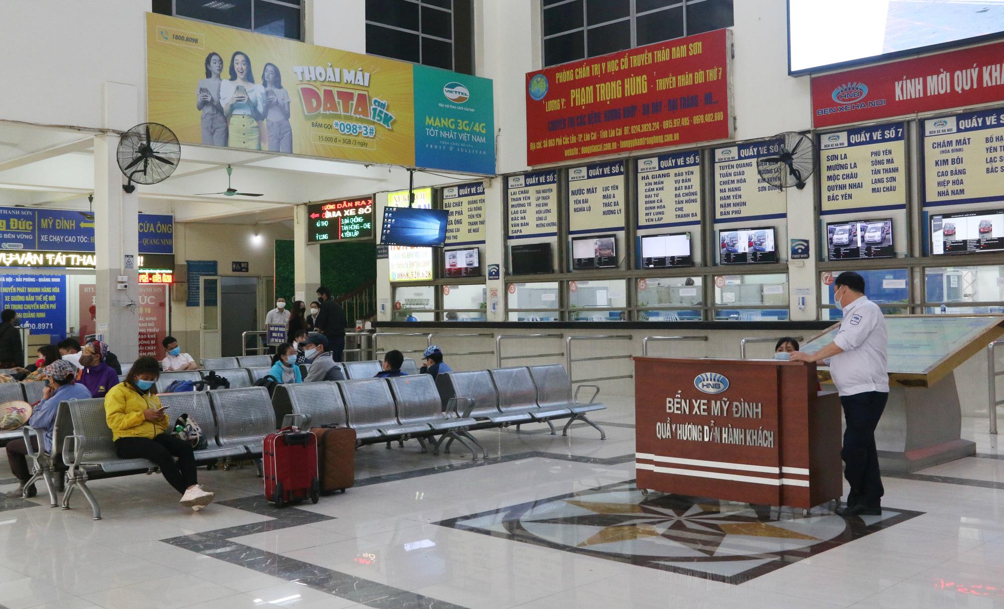 Cảnh vắng lặng ở ga tàu, bến xe Hà Nội: Nhiều chuyến xe rời bến chỉ mình tài xế, không hành khách - Ảnh 3.