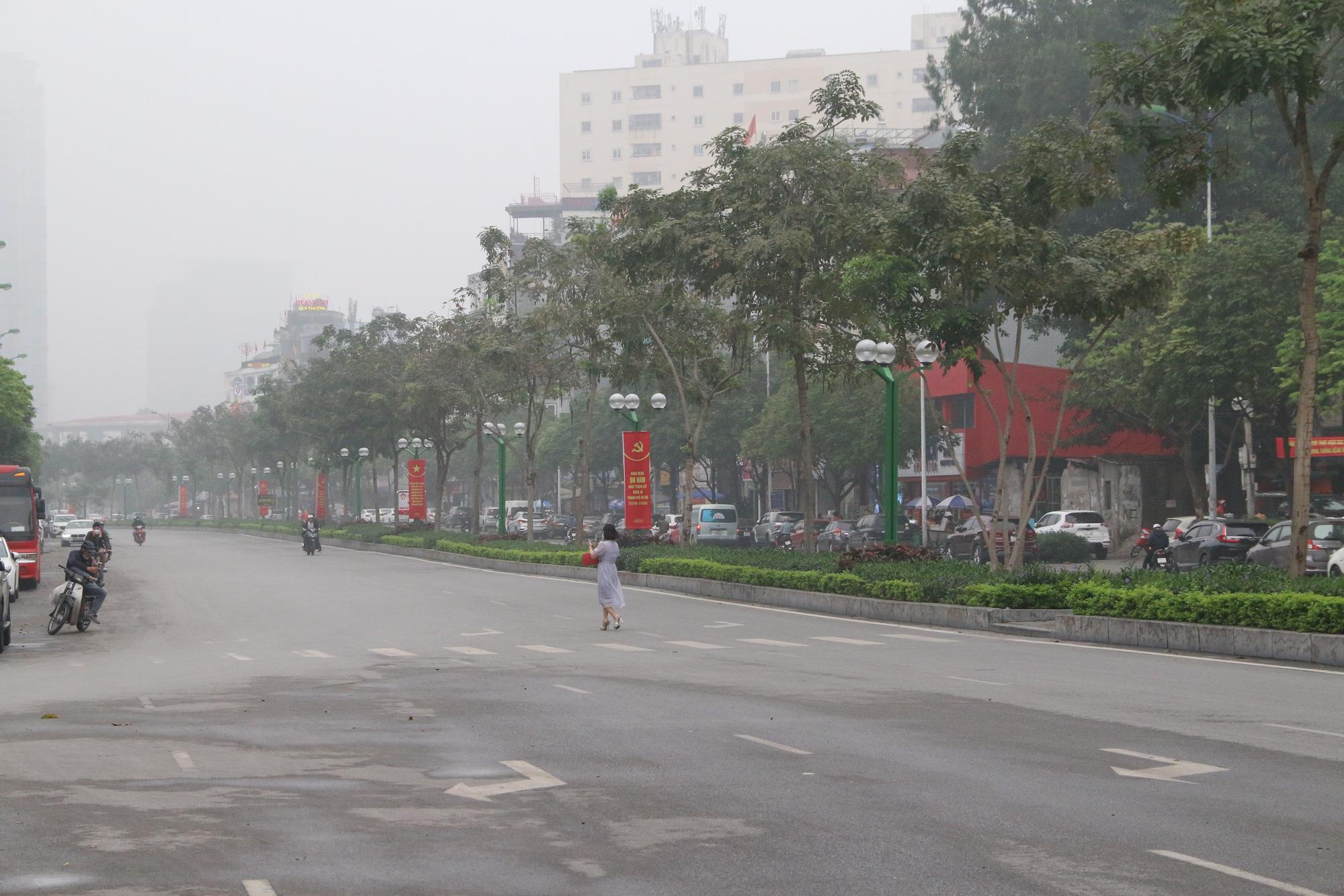 Cảnh vắng lặng ở ga tàu, bến xe Hà Nội: Nhiều chuyến xe rời bến chỉ mình tài xế, không hành khách - Ảnh 18.