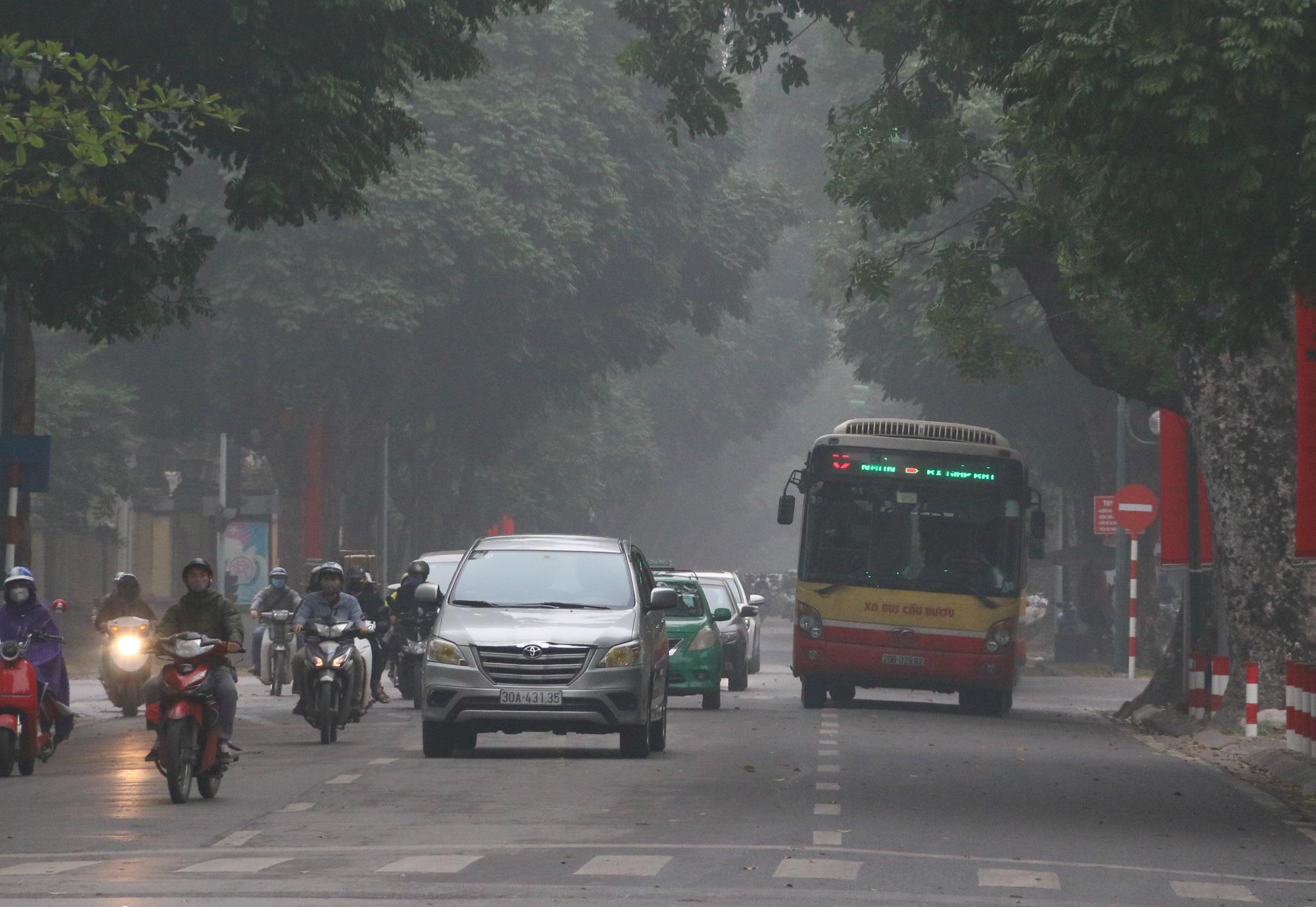Cảnh vắng lặng ở ga tàu, bến xe Hà Nội: Nhiều chuyến xe rời bến chỉ mình tài xế, không hành khách - Ảnh 16.