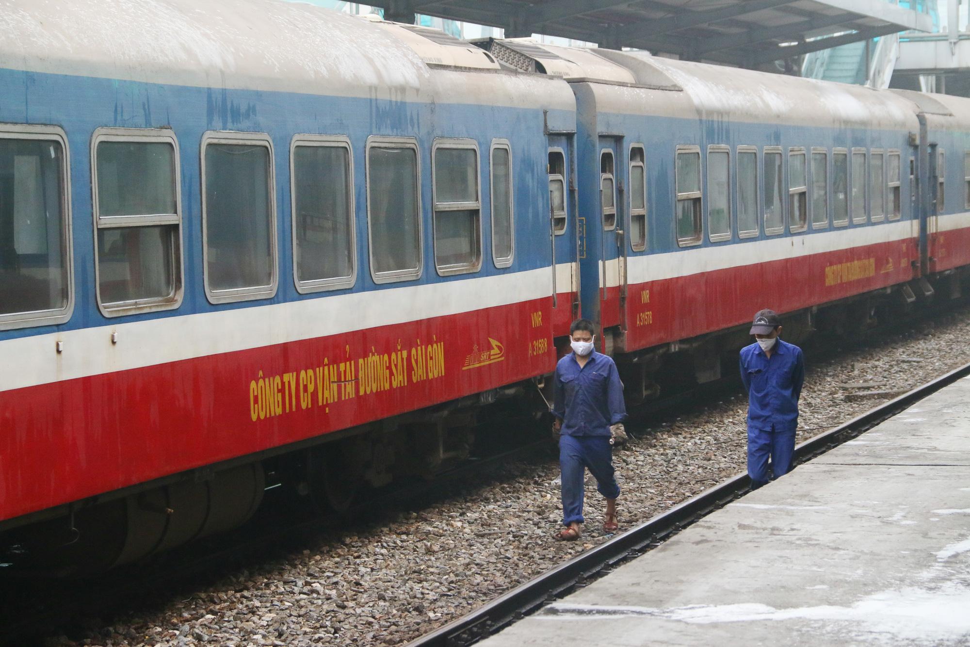 Cảnh vắng lặng ở ga tàu, bến xe Hà Nội: Nhiều chuyến xe rời bến chỉ mình tài xế, không hành khách - Ảnh 12.