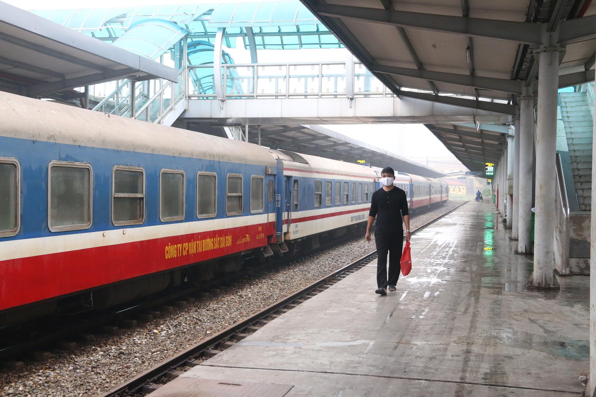 Cảnh vắng lặng ở ga tàu, bến xe Hà Nội: Nhiều chuyến xe rời bến chỉ mình tài xế, không hành khách - Ảnh 14.