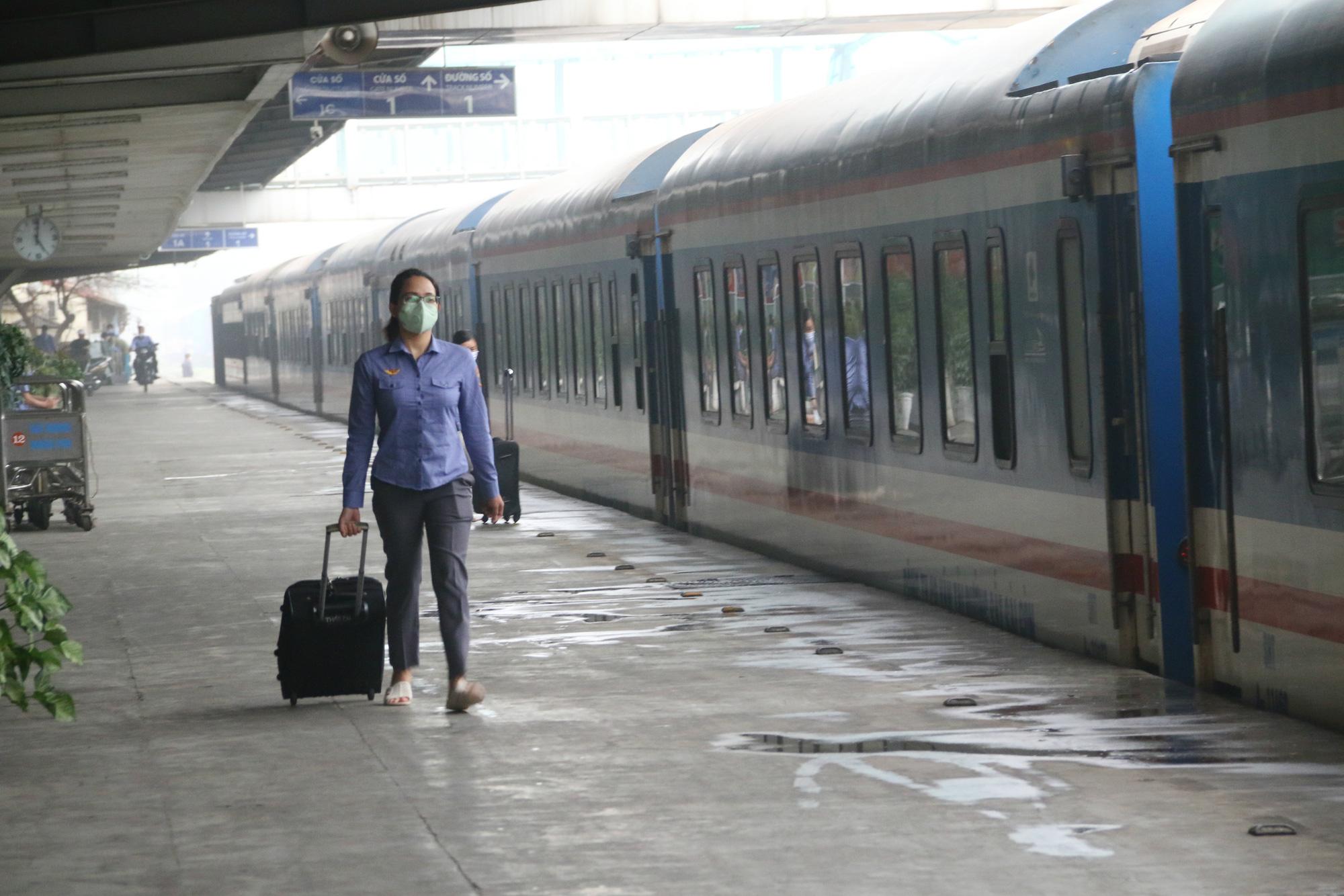 Cảnh vắng lặng ở ga tàu, bến xe Hà Nội: Nhiều chuyến xe rời bến chỉ mình tài xế, không hành khách - Ảnh 13.