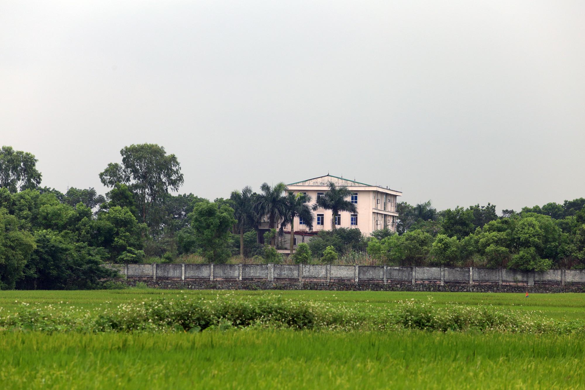 Sửa bệnh viên bỏ hoang ở Mê Linh để làm khu cách li chống dịch Covid-19 - Ảnh 1.