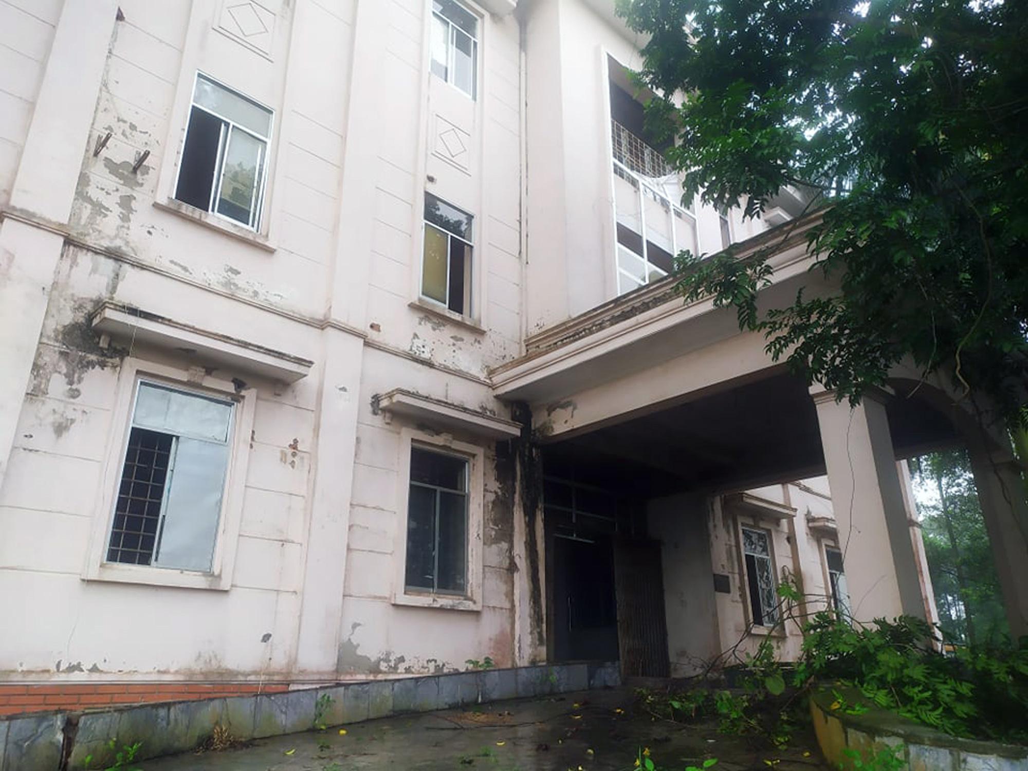 Sửa bệnh viên bỏ hoang ở Mê Linh để làm khu cách li chống dịch Covid-19 - Ảnh 7.