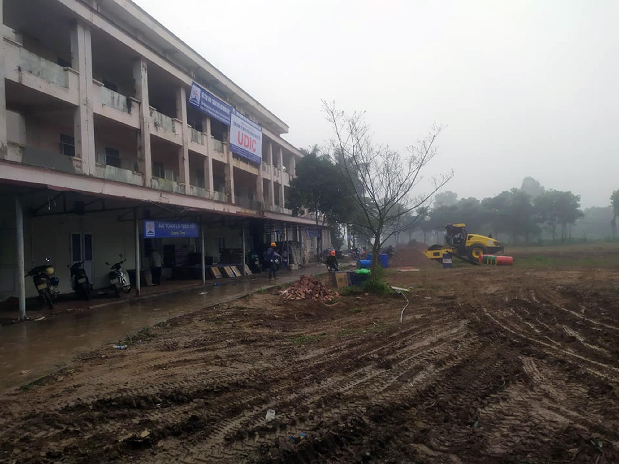 Sửa bệnh viên bỏ hoang ở Mê Linh để làm khu cách li chống dịch Covid-19 - Ảnh 8.
