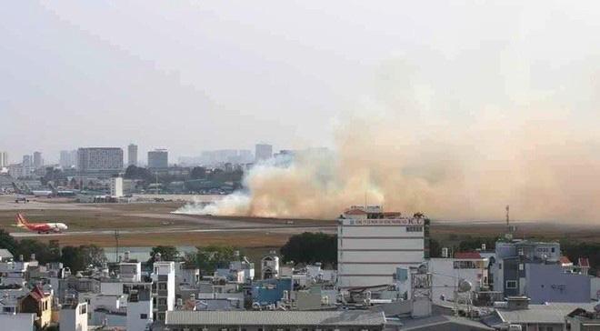 Máy bay Vietnam Airlines nổ lốp trong lúc chạy đà cất cánh ở Tân Sơn Nhất - Ảnh 1.