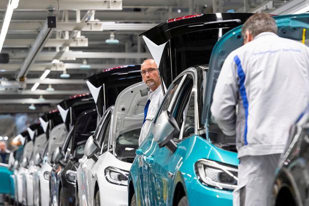 Nhà sản xuất ô tô lớn nhất thế giới đóng cửa nhà máy ở châu Âu giữa dịch Covid - 19 - Ảnh 1.