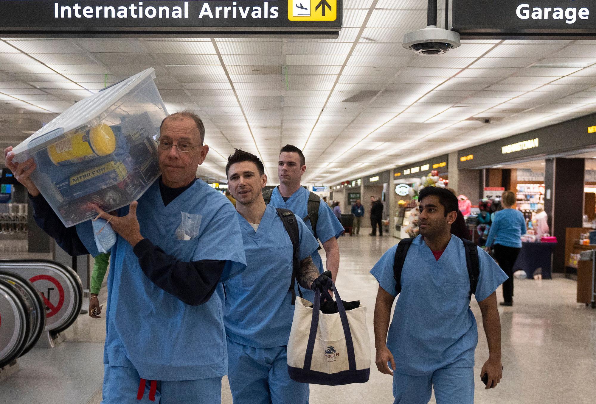 Thiếu thiết bị giữa đại dịch Covid - 19, bệnh viện tại Mỹ phải sử dụng khẩu trang tự chế để phòng bệnh - Ảnh 4.