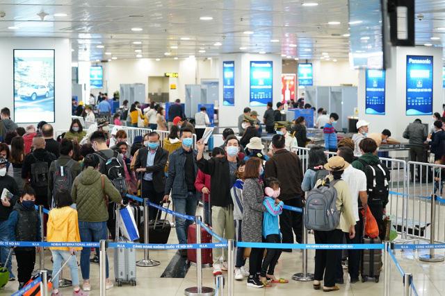 Khoảng 10.000 người từ các 'điểm nóng' Covid-19 sẽ về Hà Nội - Ảnh 1.