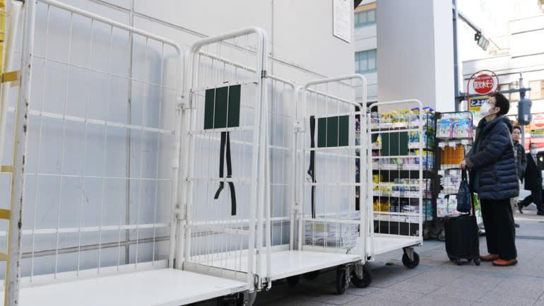 Người dân Nhật Bản hoảng loạn mua giấy vệ sinh khiến giá cả tăng vọt - Ảnh 2.