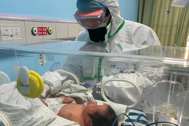 60 thai phụ nhiễm virus corona sinh con khỏe mạnh ở Vũ Hán - Ảnh 1.