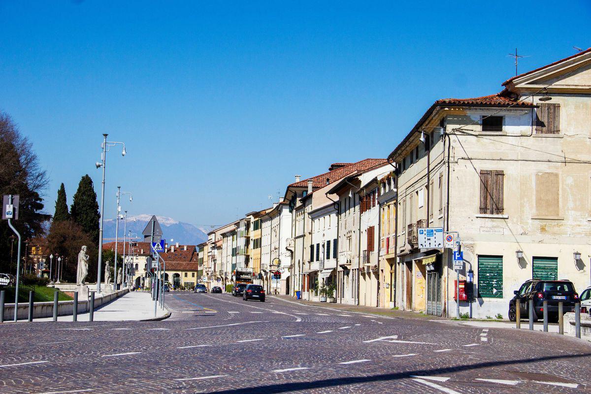 Một con đường vắng người như bị bỏ hoang ở Treviso, Italy. (Ảnh: Getty Images)