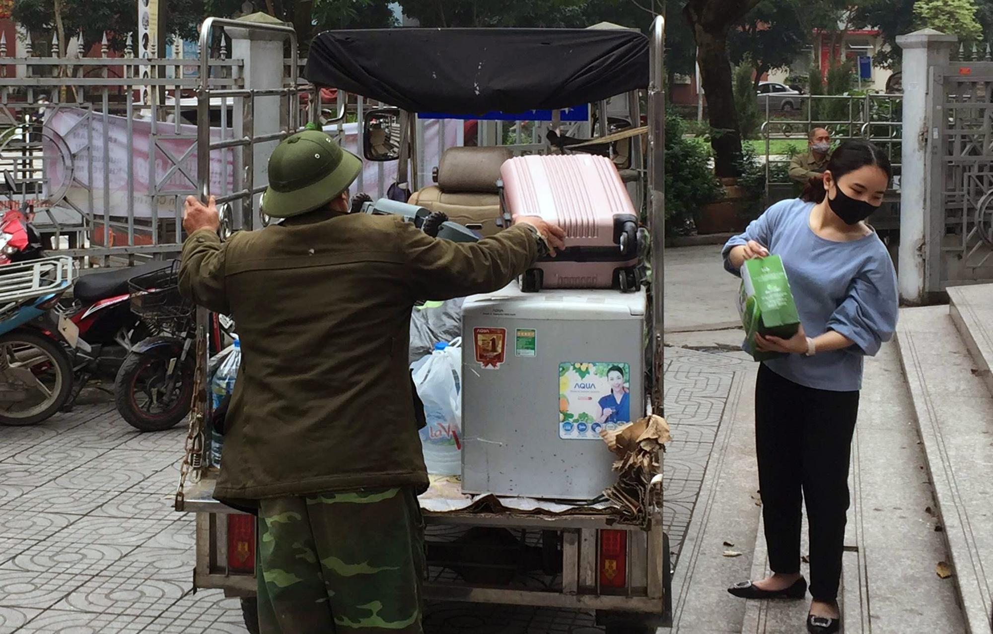 Sinh viên kí túc xá Mỹ Đình vui vẻ chuyển đồ, nhường phòng làm nơi cách li người dân về từ vùng dịch Covid-19 - Ảnh 11.