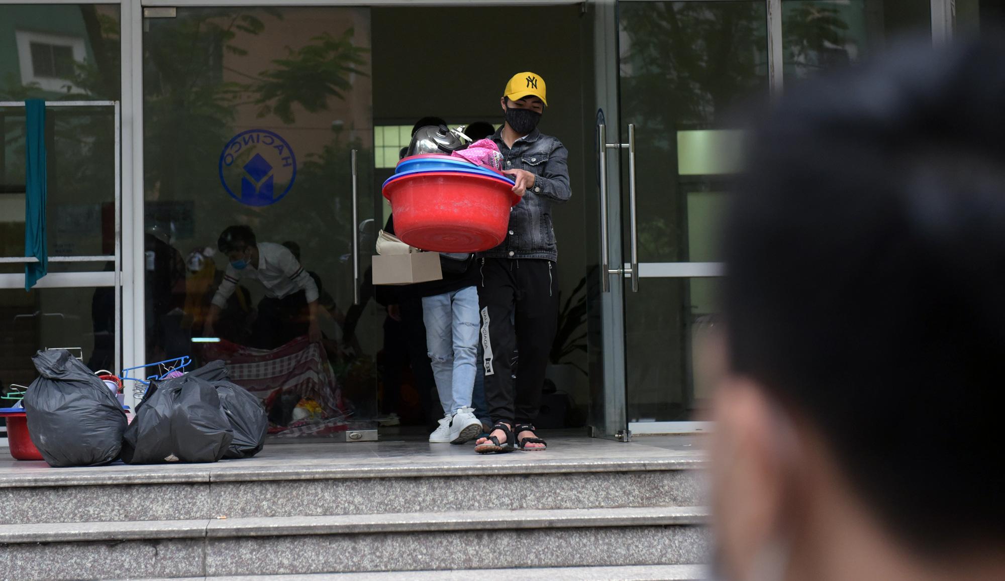 Sinh viên kí túc xá Mỹ Đình vui vẻ chuyển đồ, nhường phòng làm nơi cách li người dân về từ vùng dịch Covid-19 - Ảnh 5.