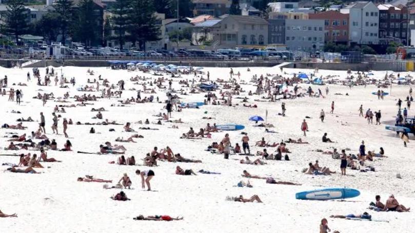 Du khách Mỹ dửng dưng với quy định giữ khoảng cách mới của chính phủ Australia - Ảnh 4.