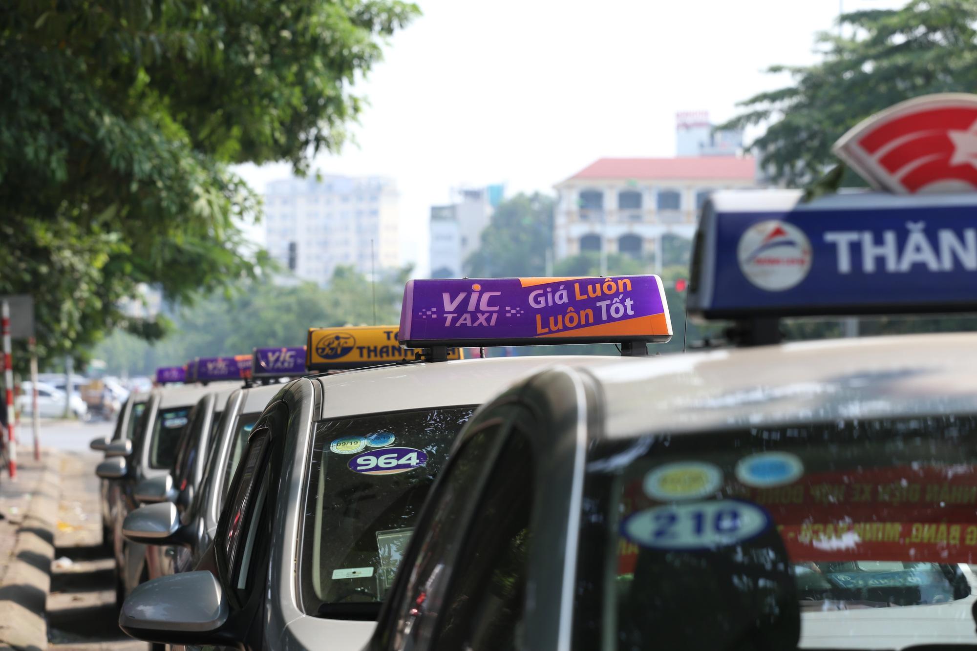 Đề xuất bỏ biển cấm taxi, xe hợp đồng dưới 9 chỗ trên 10 tuyến phố ở Hà Nội - Ảnh 1.
