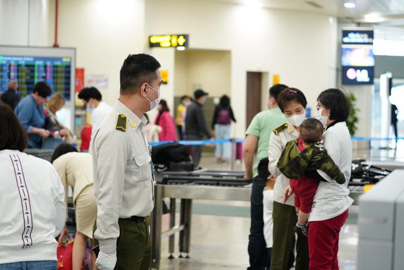 Cách li tập trung tất cả những người nhập cảnh vào Việt Nam - Ảnh 1.