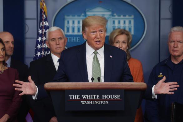 Trump yêu cầu các nhân viên chăm sóc y tế sát trùng và tái sử dụng khẩu trang - Ảnh 1.