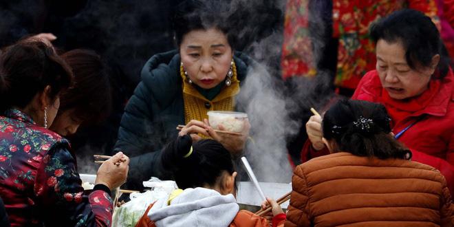 Trung Quốc thay đổi thói quen dùng đũa để hạn chế lây nhiễm dịch bệnh - Ảnh 1.