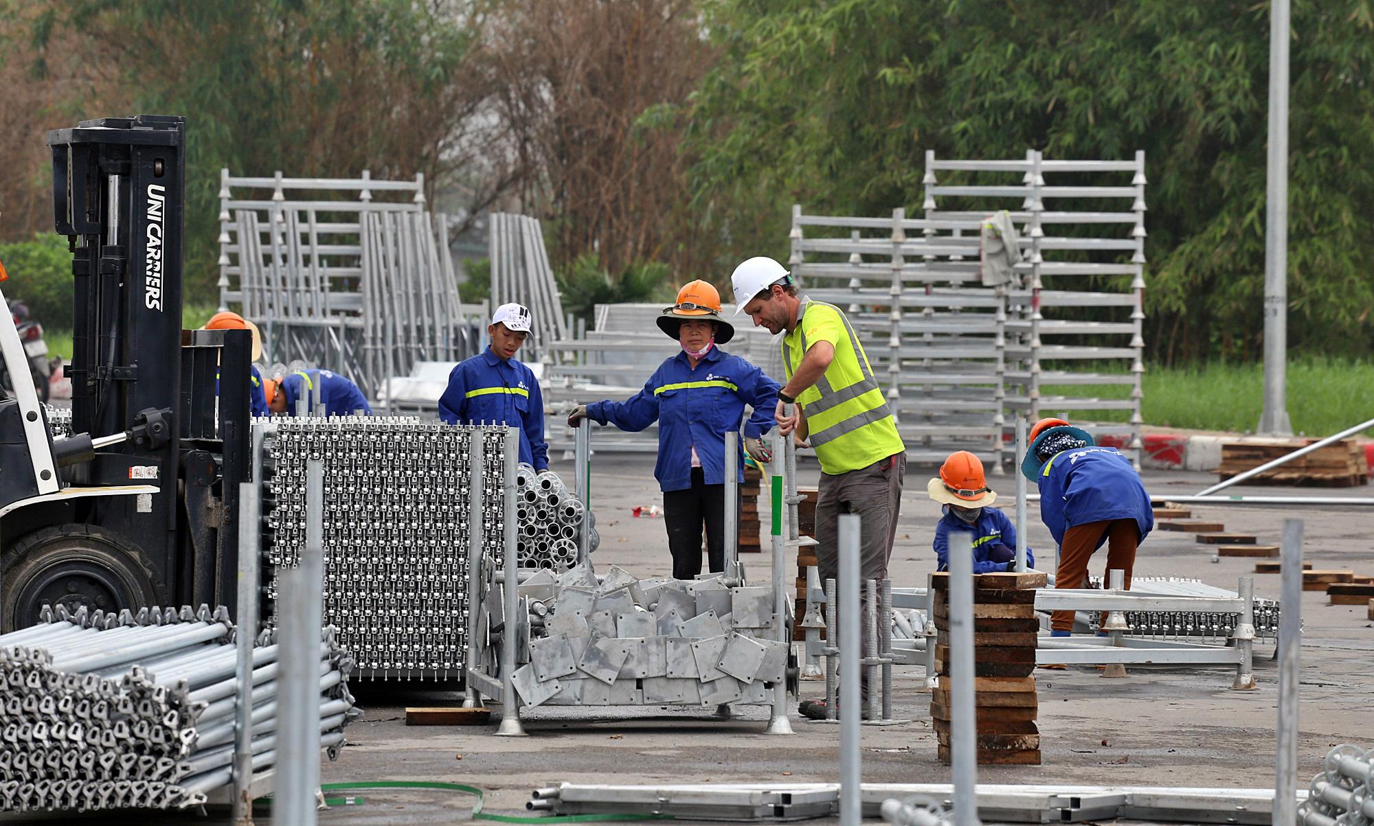 Hoãn đua F1 Hà Nội vì dịch Covid-19, khán đài di động bị tháo dỡ - Ảnh 11.