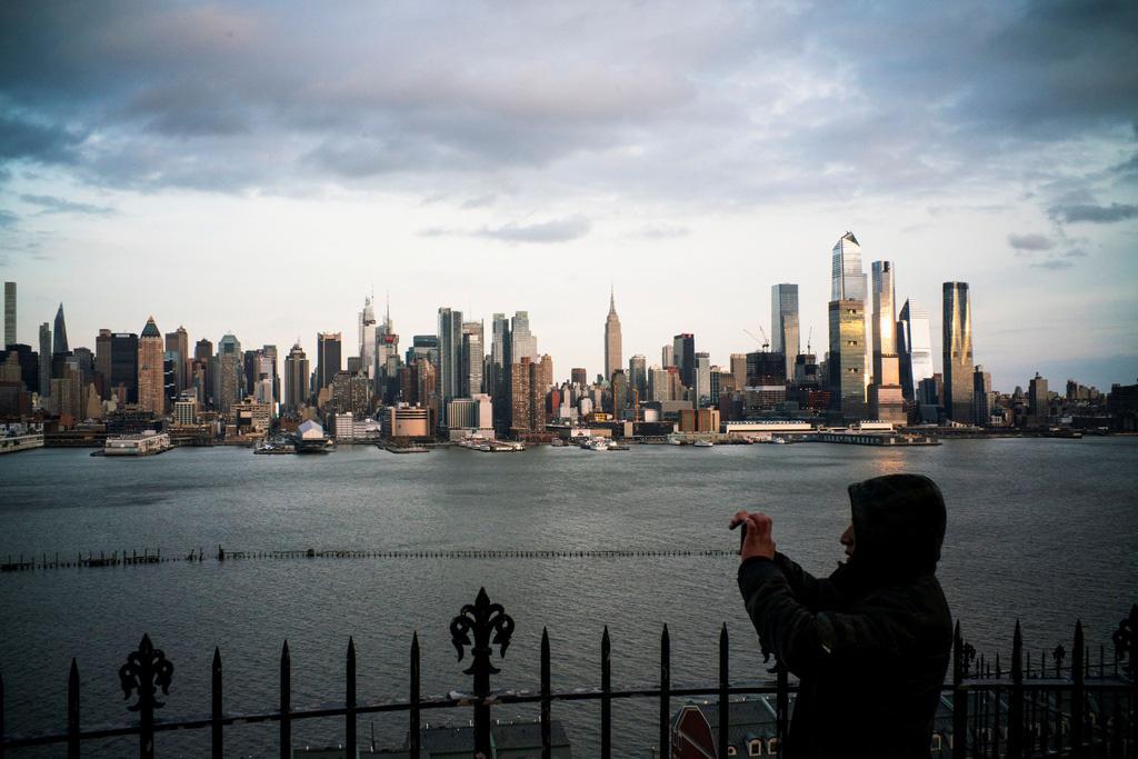 Hơn 15.000 ca nhiễm, New York trở thành tâm điểm mới của đại dịch - Ảnh 1.