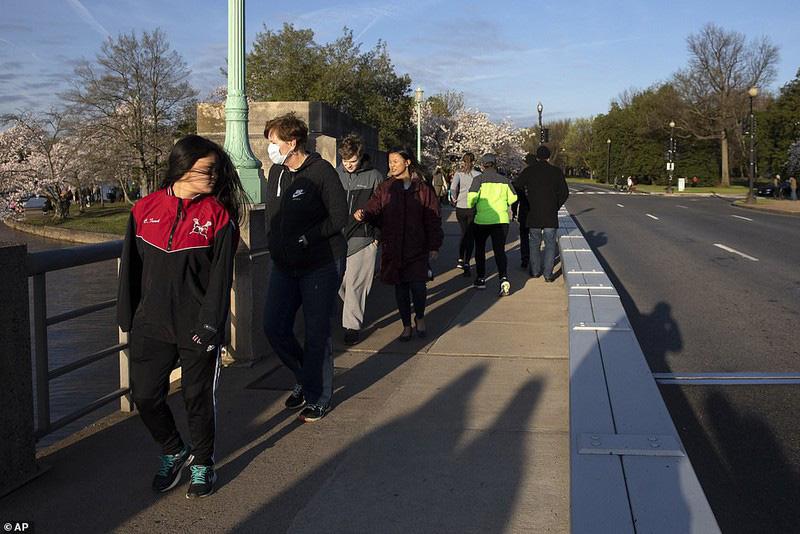 Bất chấp dịch corona, hàng trăm người vẫn đổ về Washington DC để ngắm hoa anh đào - Ảnh 5.