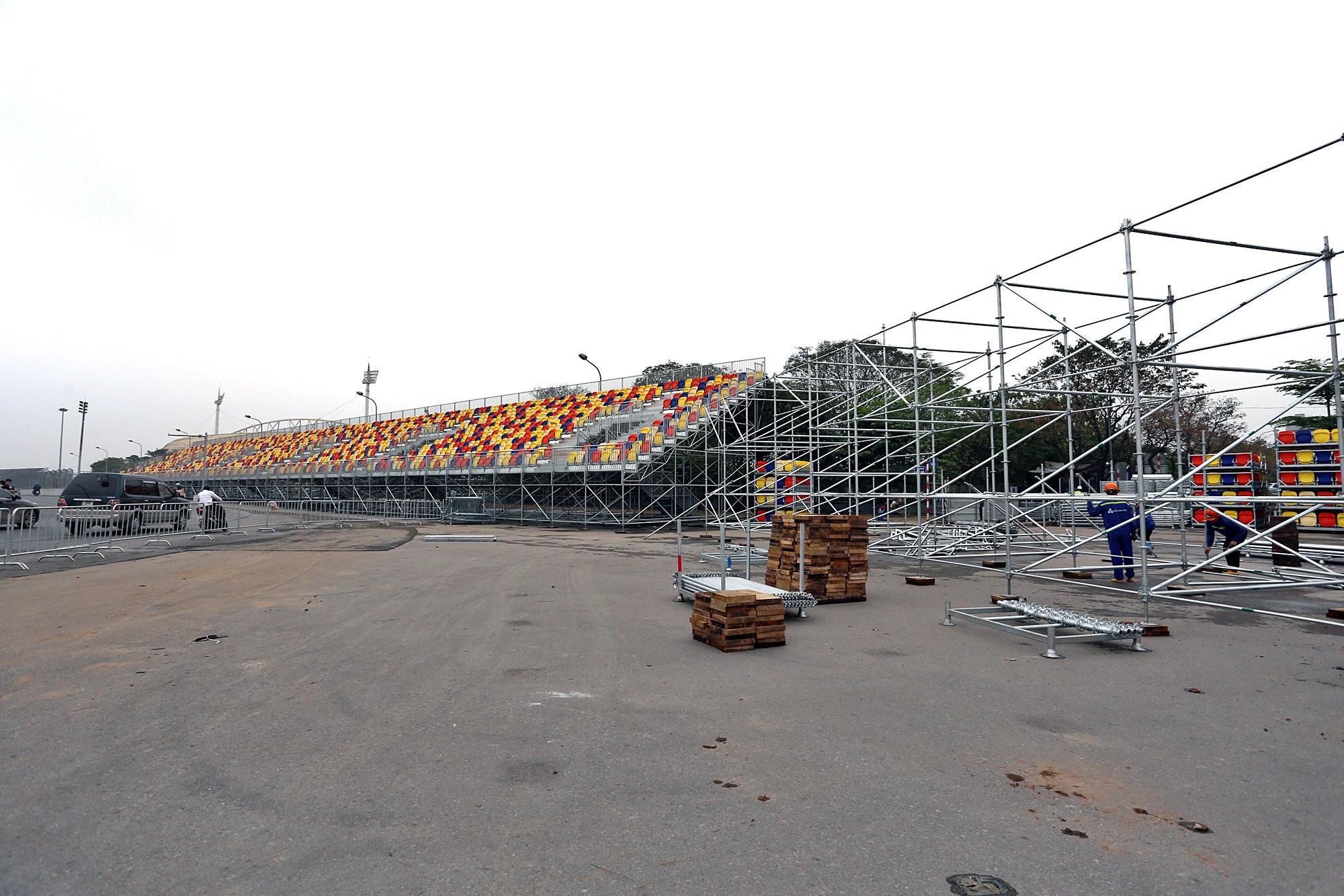 Hoãn đua F1 Hà Nội vì dịch Covid-19, khán đài di động bị tháo dỡ - Ảnh 4.