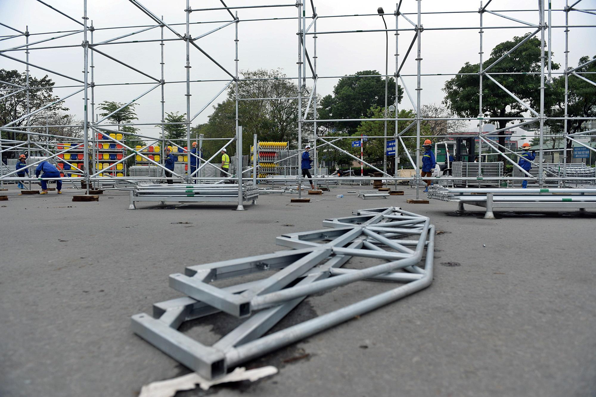 Hoãn đua F1 Hà Nội vì dịch Covid-19, khán đài di động bị tháo dỡ - Ảnh 5.