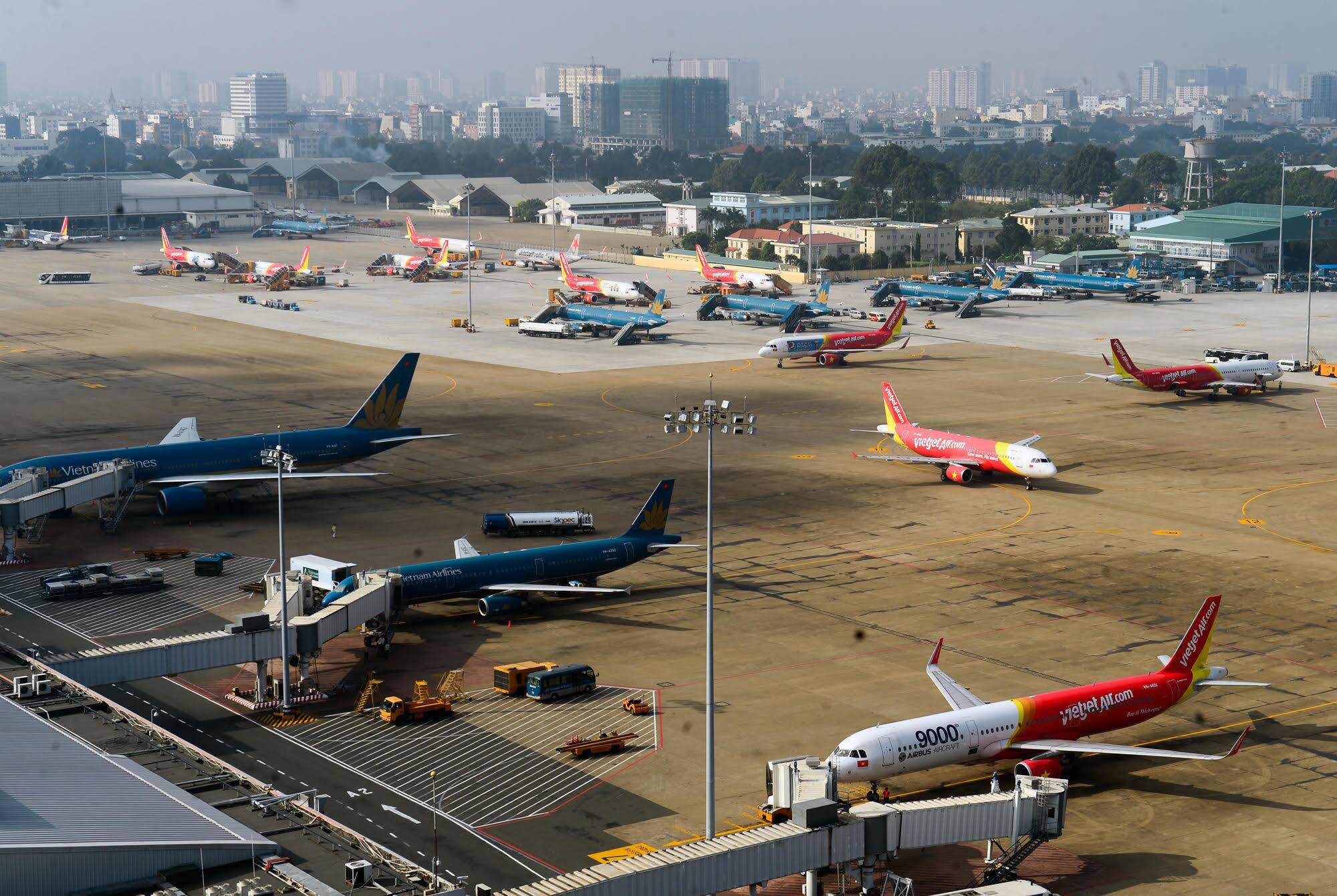 Tạm dừng vận chuyển người Việt từ nước ngoài về sân bay Tân Sơn Nhất - Ảnh 1.