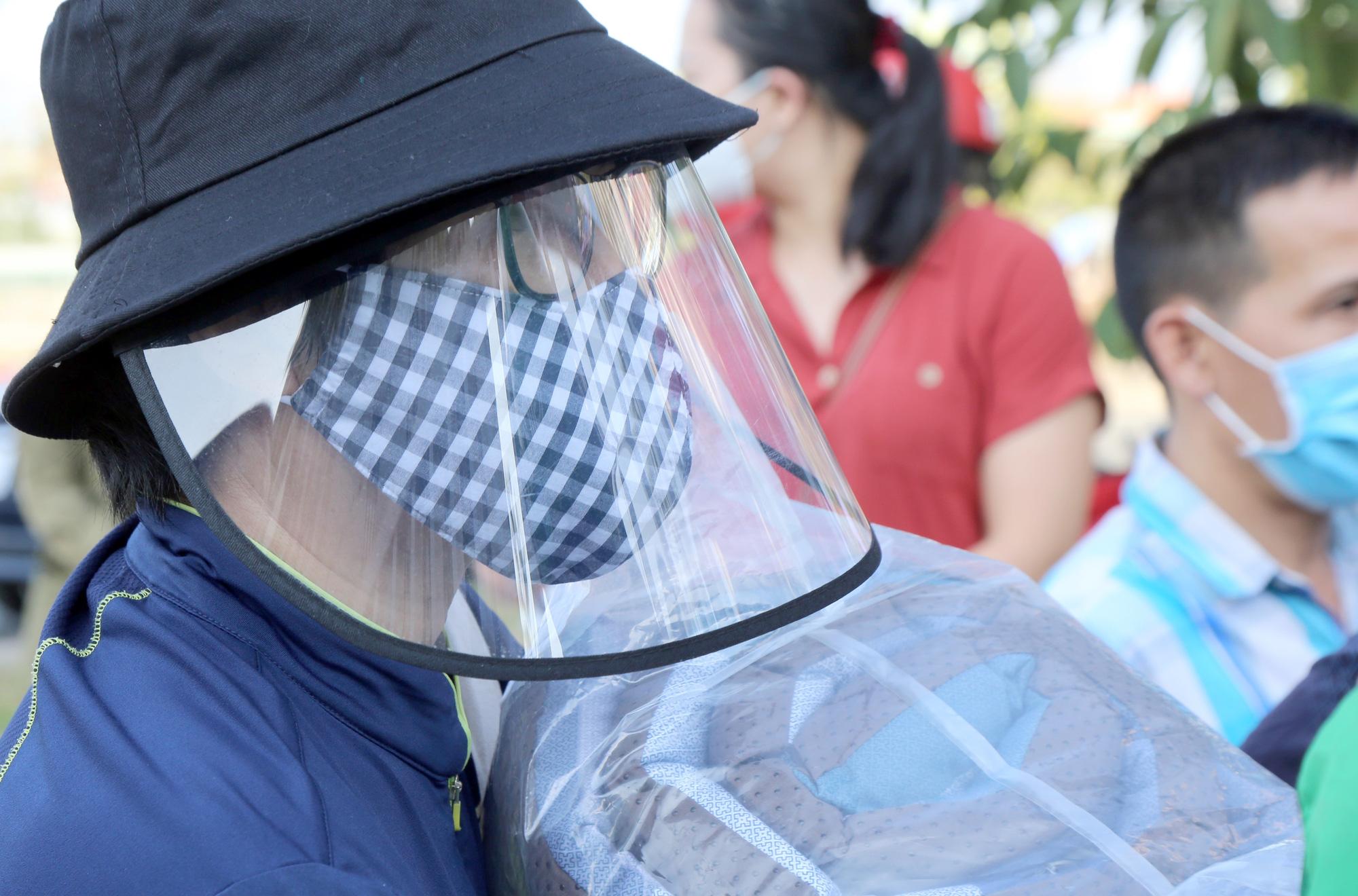 Hàng trăm người đội nắng để gửi đồ cho thân nhân trong khu cách li tại kí túc xá Đại học Quốc gia TP HCM - Ảnh 11.