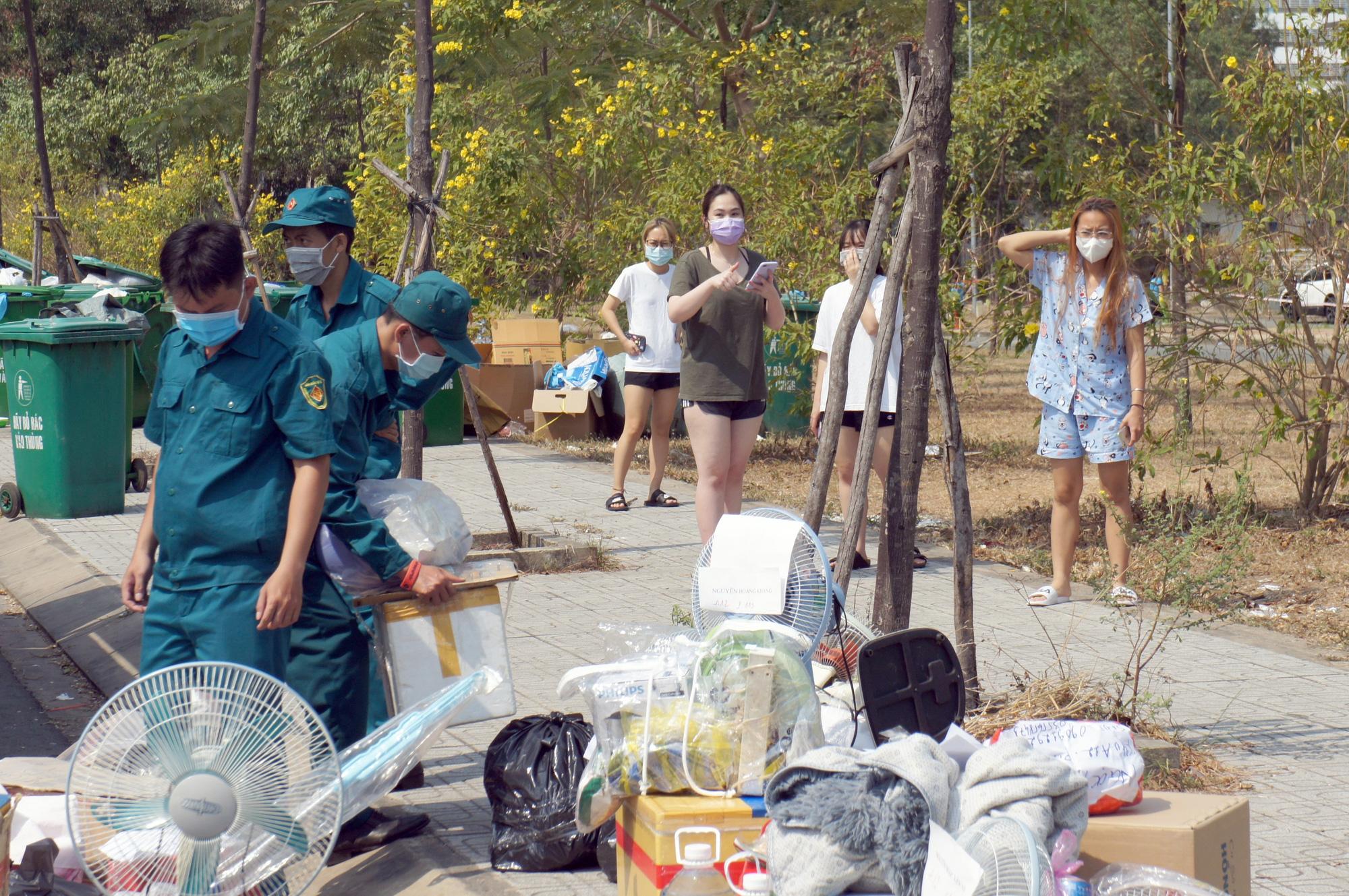 Hàng trăm người đội nắng để gửi đồ cho thân nhân trong khu cách li tại kí túc xá Đại học Quốc gia TP HCM - Ảnh 13.