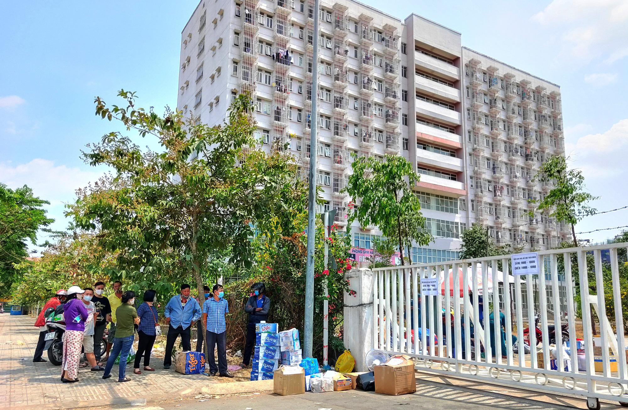 Hàng trăm người đội nắng để gửi đồ cho thân nhân trong khu cách li tại kí túc xá Đại học Quốc gia TP HCM - Ảnh 15.