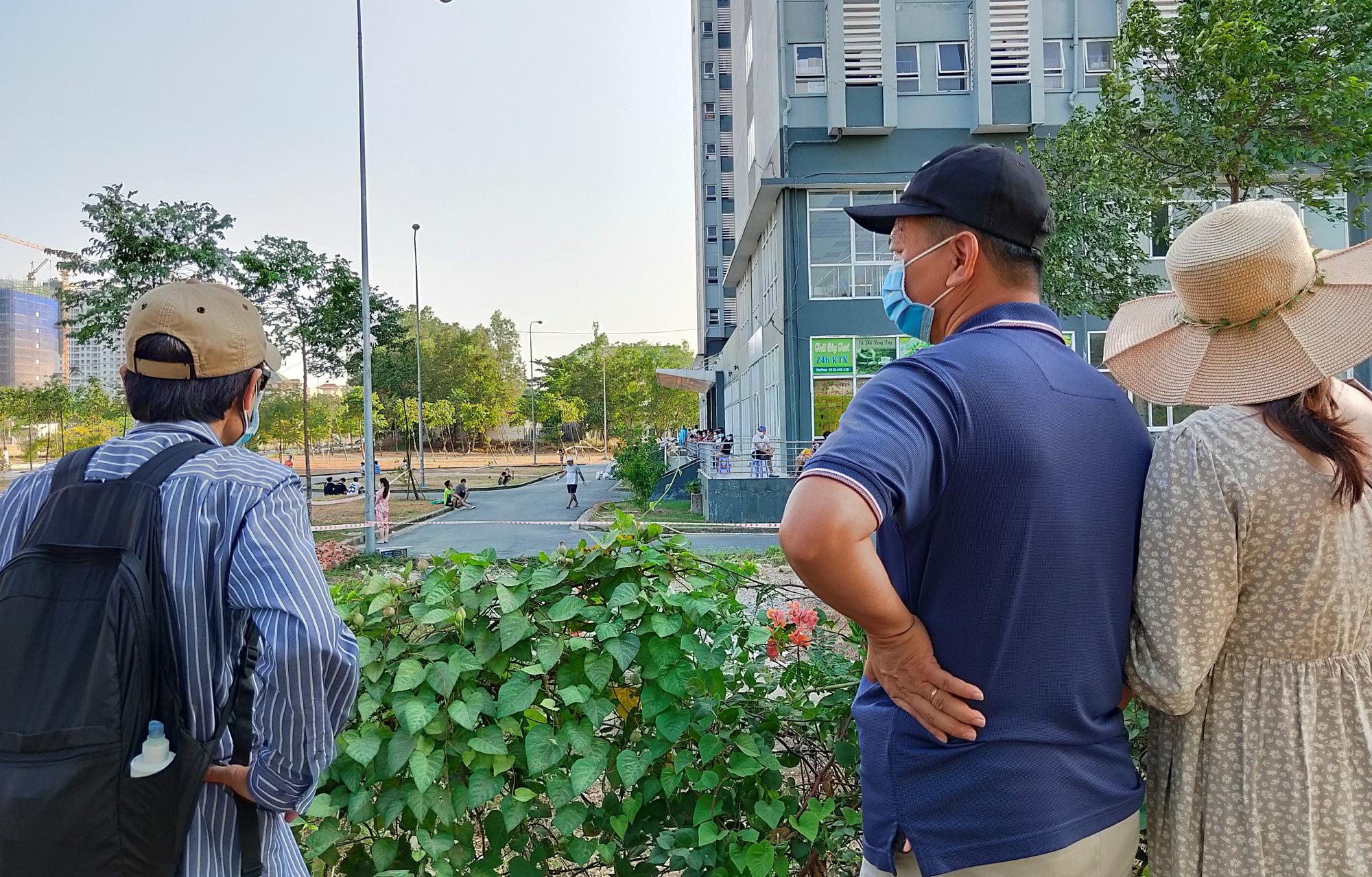 Hàng trăm người đội nắng để gửi đồ cho thân nhân trong khu cách li tại kí túc xá Đại học Quốc gia TP HCM - Ảnh 19.