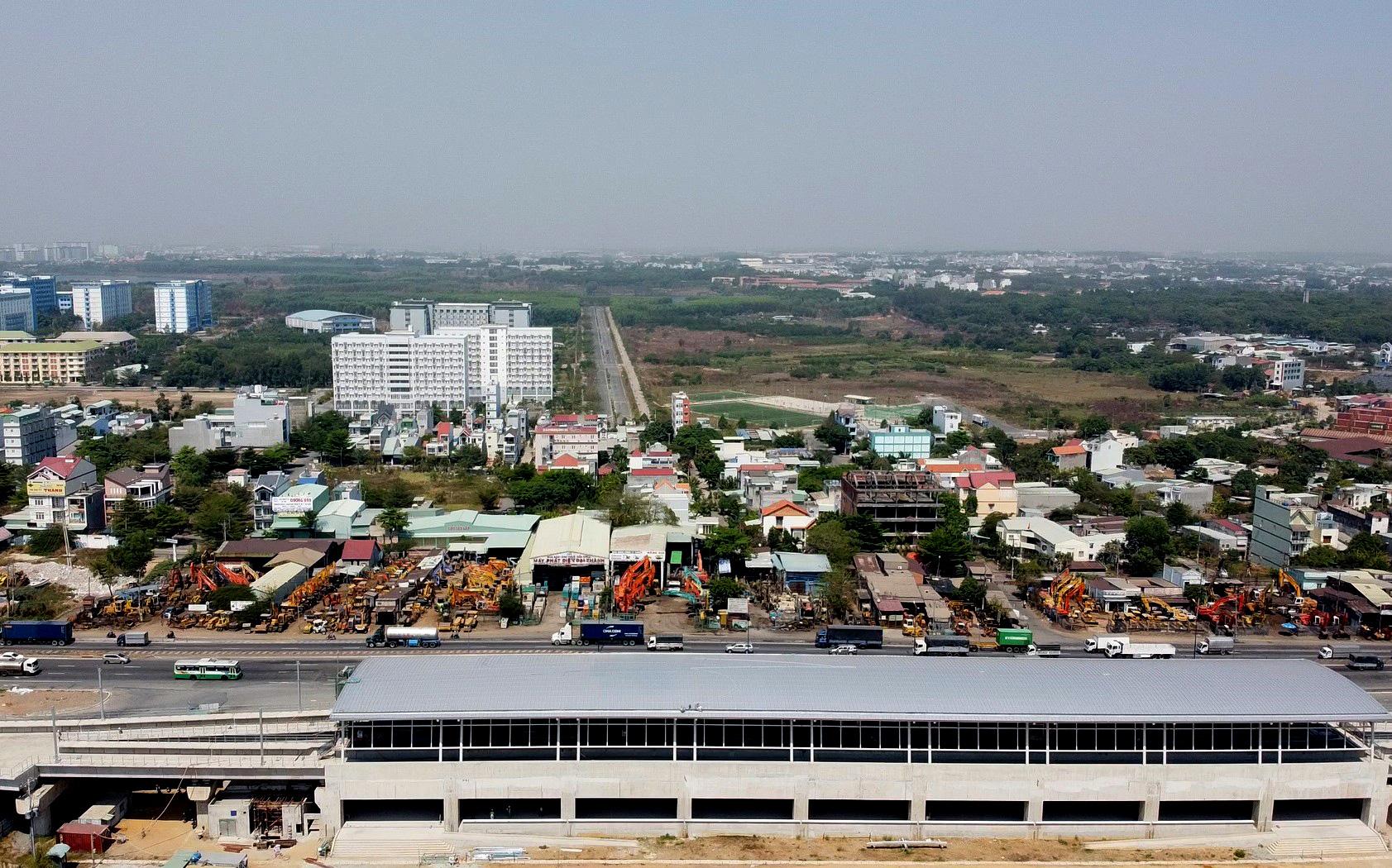 Hàng trăm người đội nắng để gửi đồ cho thân nhân trong khu cách li tại kí túc xá Đại học Quốc gia TP HCM - Ảnh 2.