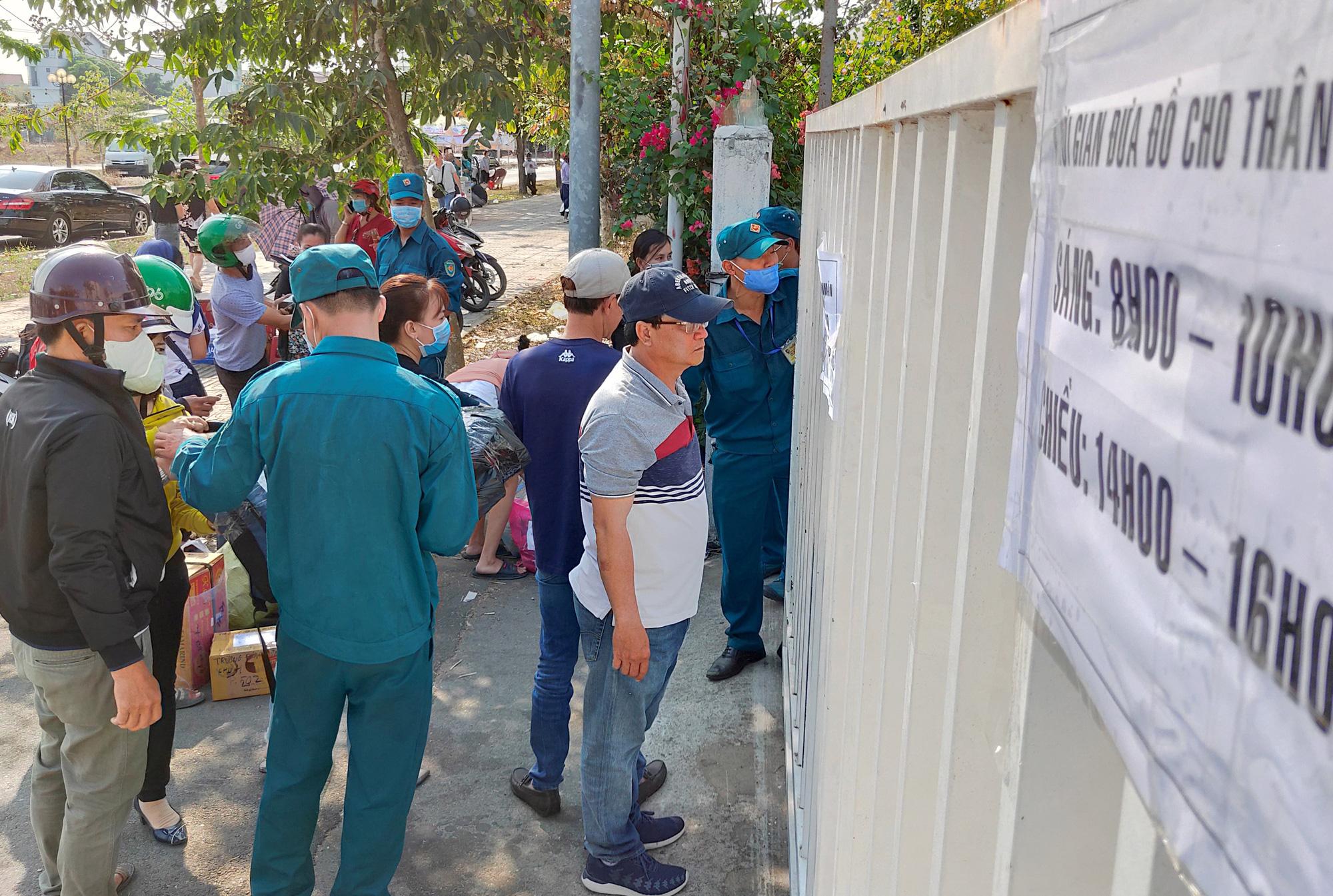 Hàng trăm người đội nắng để gửi đồ cho thân nhân trong khu cách li tại kí túc xá Đại học Quốc gia TP HCM - Ảnh 6.