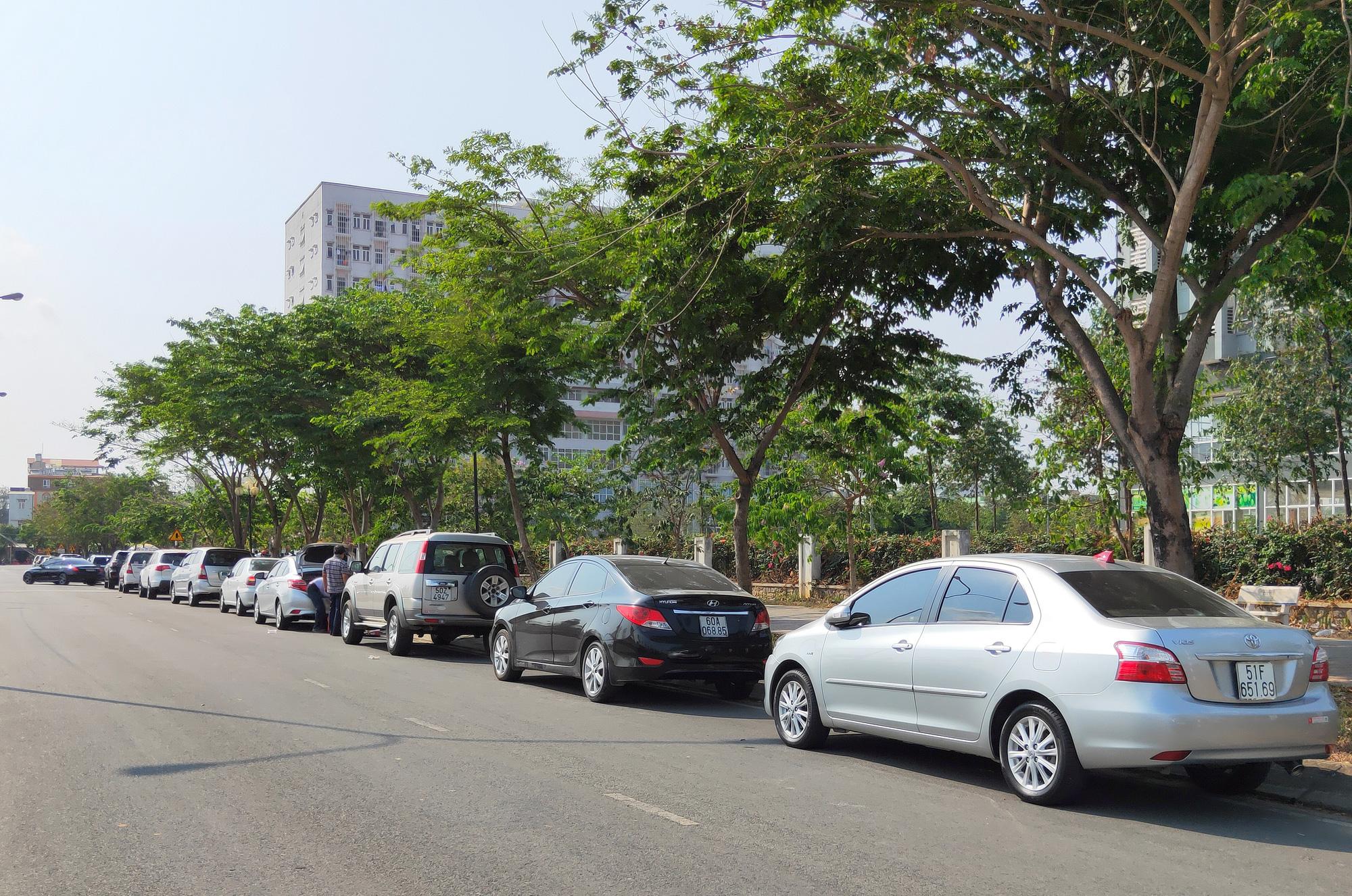 Hàng trăm người đội nắng để gửi đồ cho thân nhân trong khu cách li tại kí túc xá Đại học Quốc gia TP HCM - Ảnh 8.