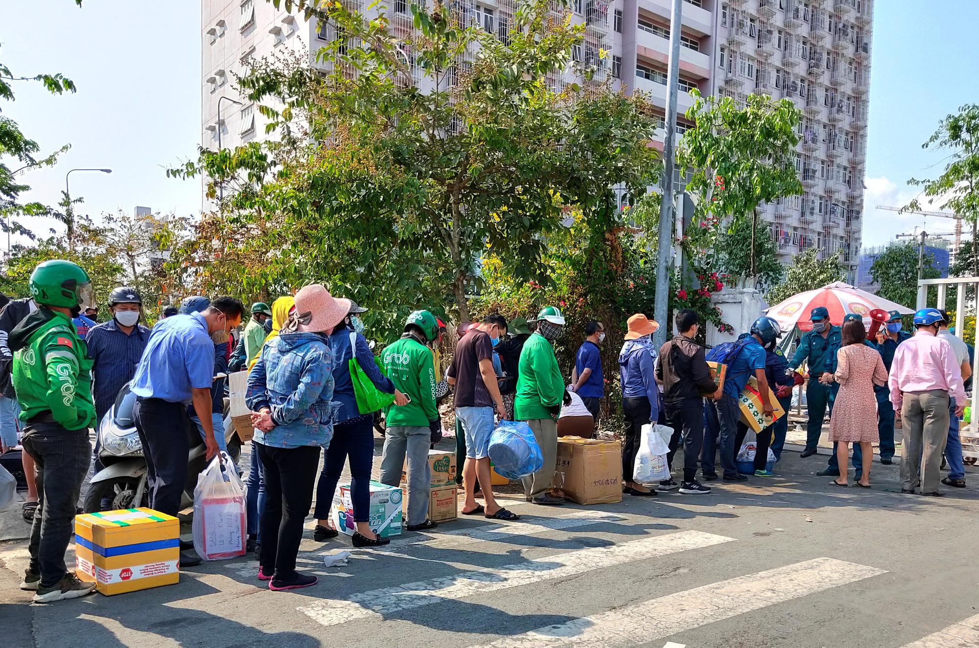 Hàng trăm người đội nắng để gửi đồ cho thân nhân trong khu cách li tại kí túc xá Đại học Quốc gia TP HCM - Ảnh 9.