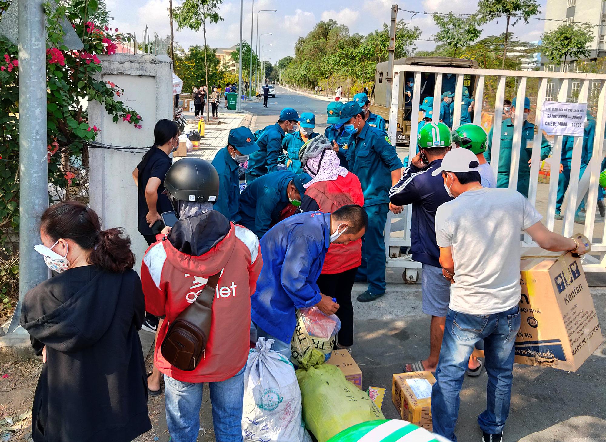 Hàng trăm người đội nắng để gửi đồ cho thân nhân trong khu cách li tại kí túc xá Đại học Quốc gia TP HCM - Ảnh 10.