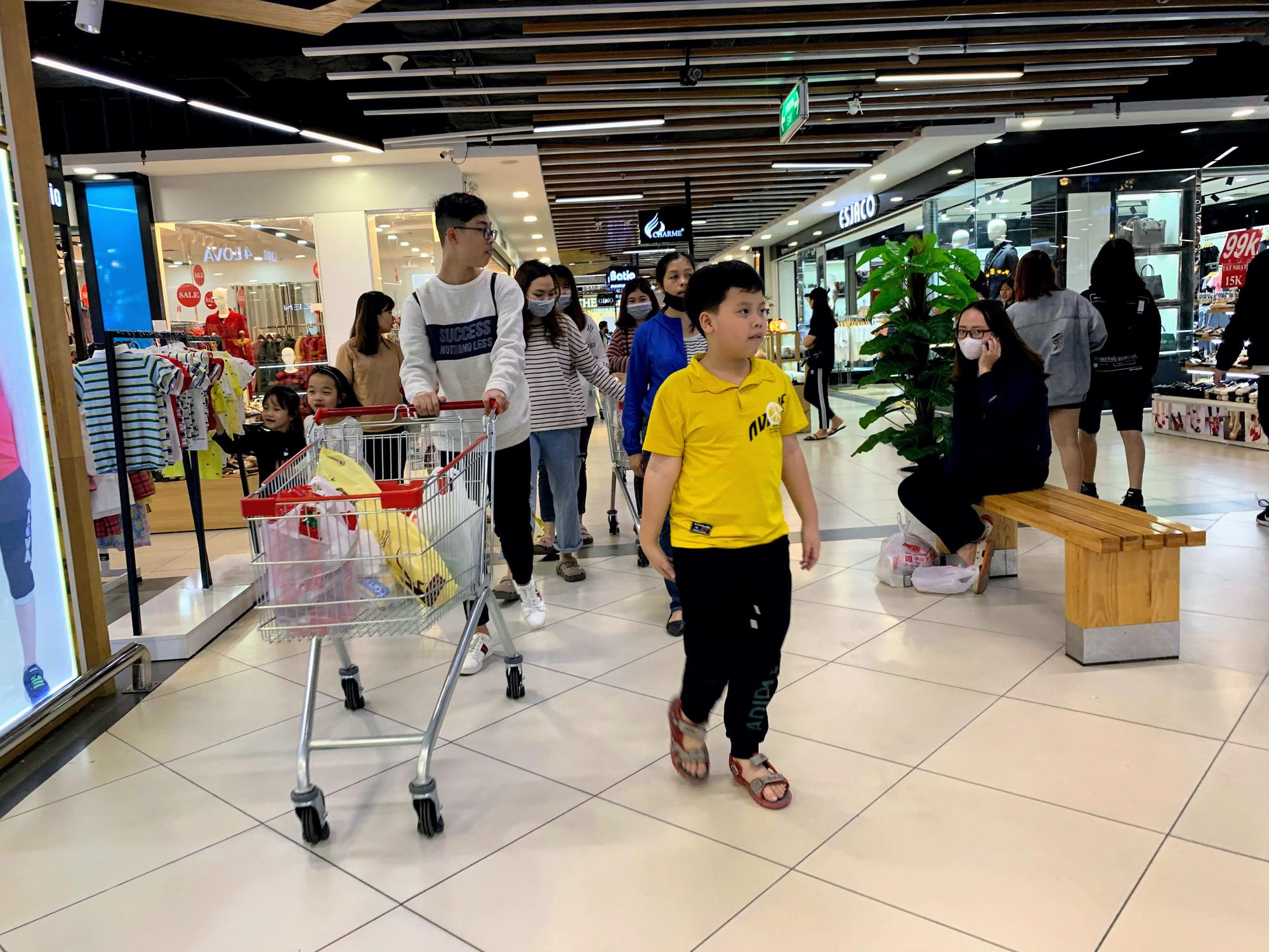 17 người nhiễm Covid - 19 được chữa khỏi, người dân lạc quan quay trở lại mua sắm trong siêu thị, trung tâm thương mại - Ảnh 1.