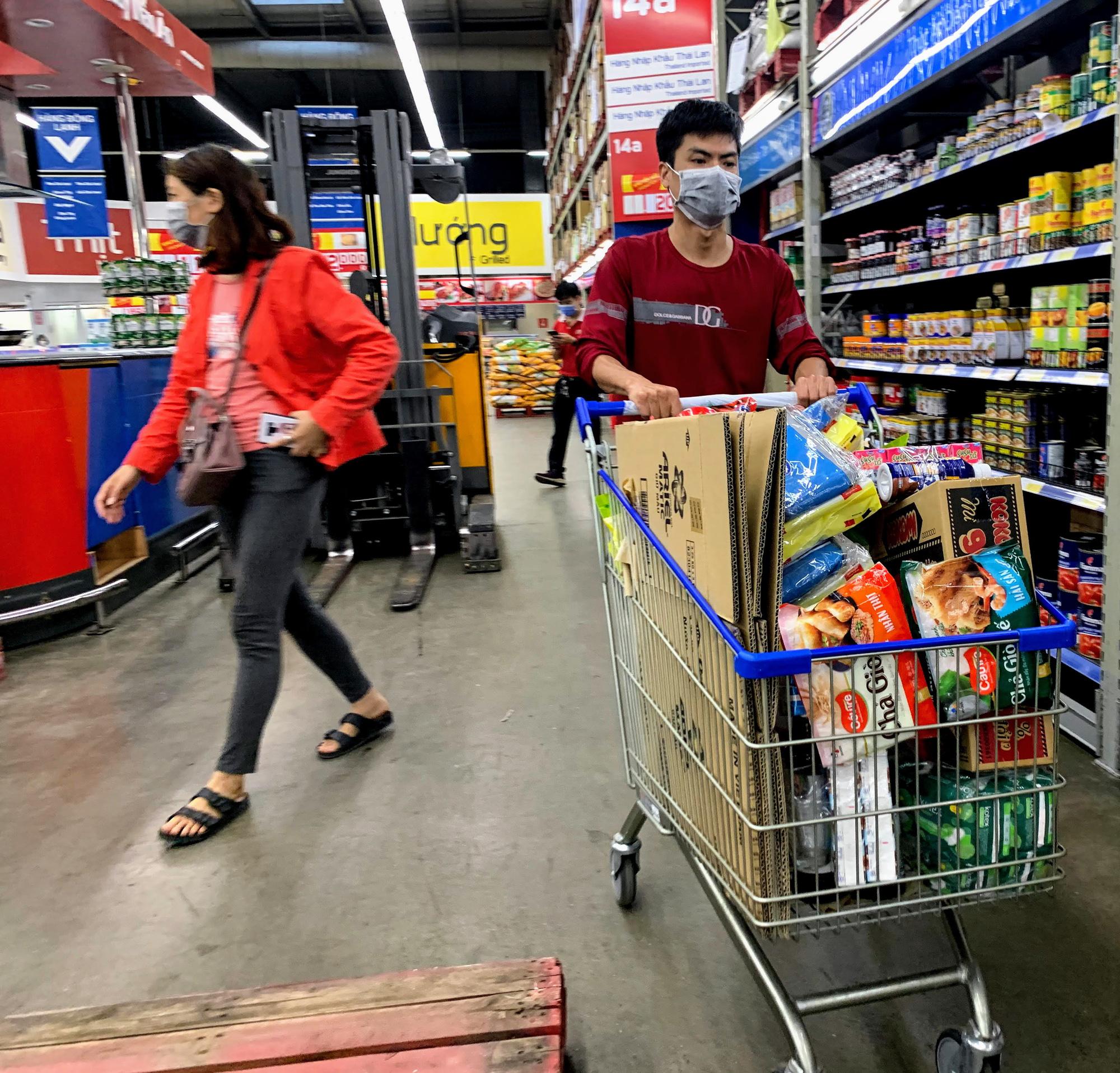 17 người nhiễm Covid - 19 được chữa khỏi, người dân lạc quan quay trở lại mua sắm trong siêu thị, trung tâm thương mại - Ảnh 15.