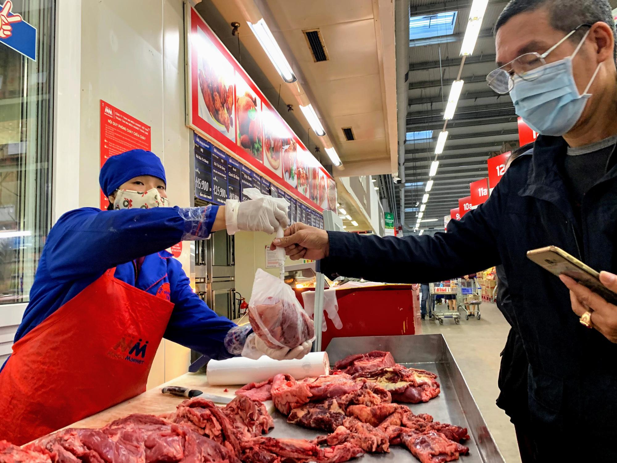 17 người nhiễm Covid - 19 được chữa khỏi, người dân lạc quan quay trở lại mua sắm trong siêu thị, trung tâm thương mại - Ảnh 10.