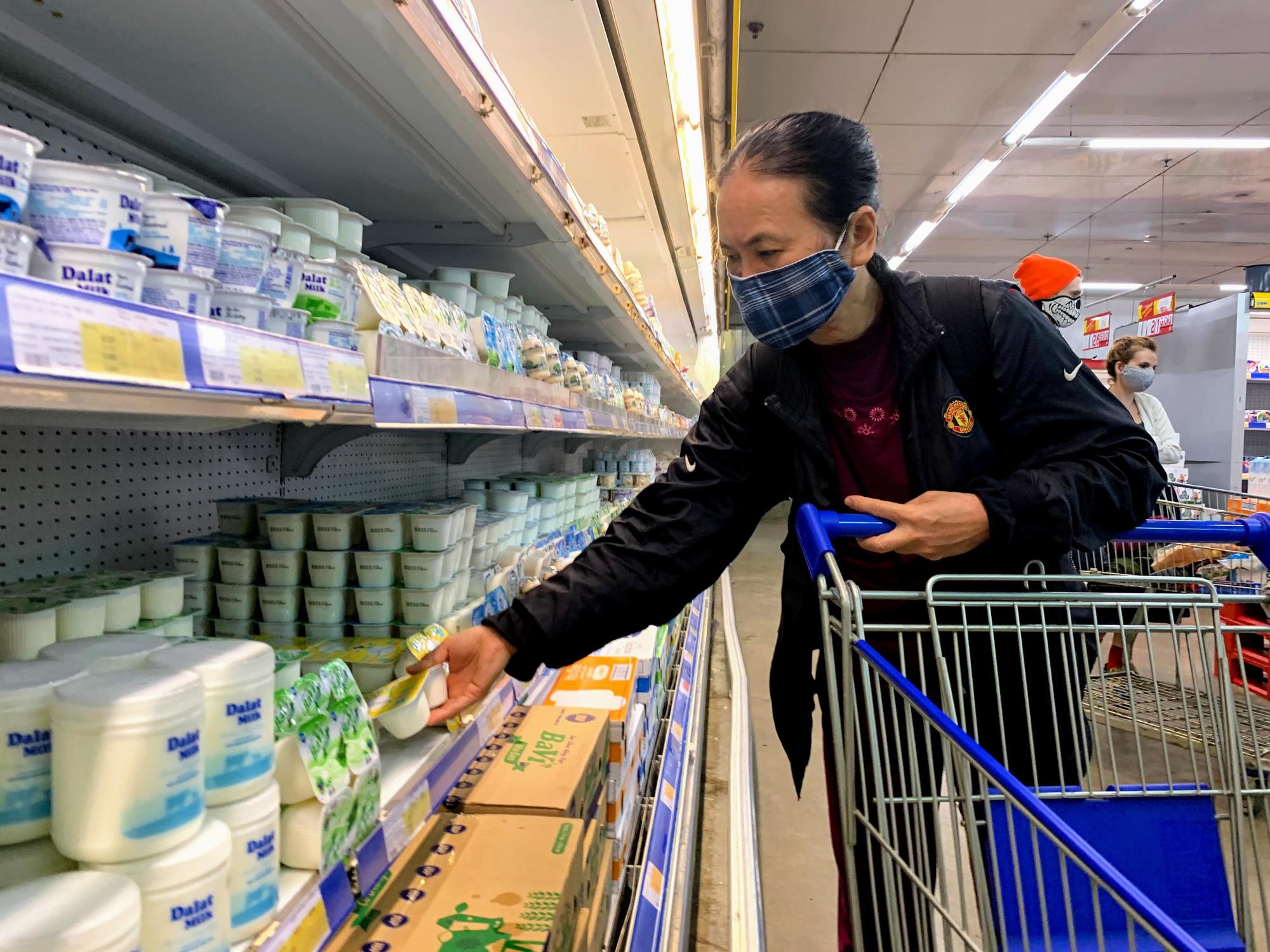 17 người nhiễm Covid - 19 được chữa khỏi, người dân lạc quan quay trở lại mua sắm trong siêu thị, trung tâm thương mại - Ảnh 13.