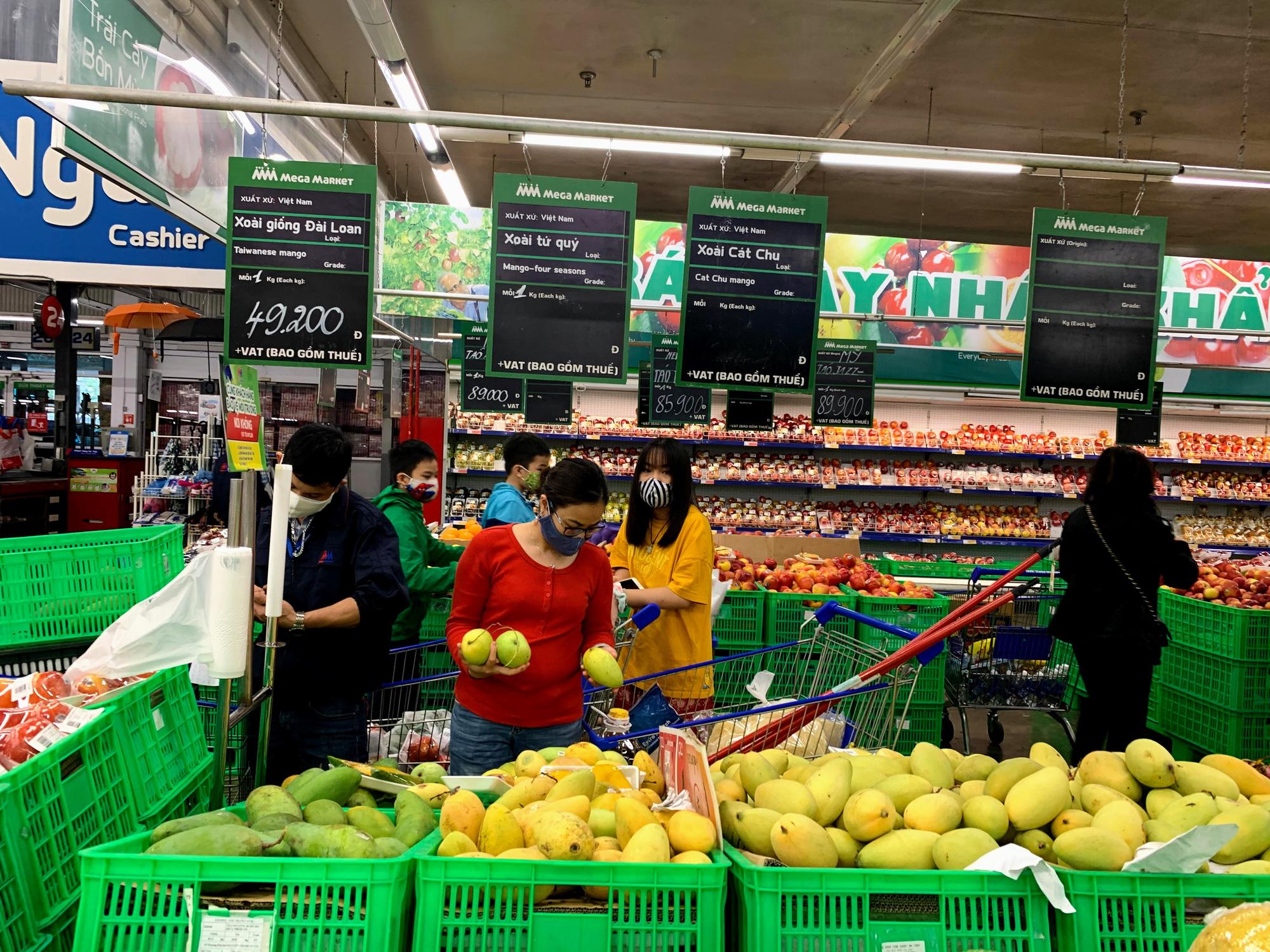 17 người nhiễm Covid - 19 được chữa khỏi, người dân lạc quan quay trở lại mua sắm trong siêu thị, trung tâm thương mại - Ảnh 7.