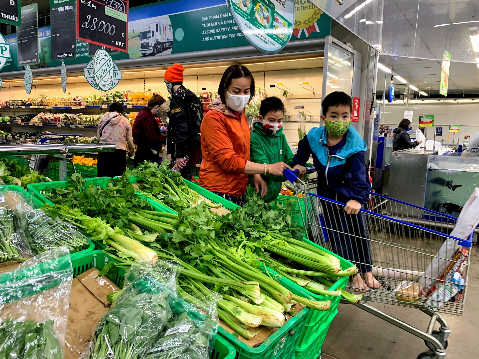 17 người nhiễm Covid - 19 được chữa khỏi, người dân lạc quan quay trở lại mua sắm trong siêu thị, trung tâm thương mại - Ảnh 5.